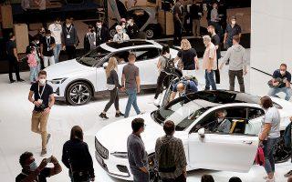 Οι ευρωπαϊκές πωλήσεις μειώθηκαν κατά 14% για τον όμιλο VW, 29% για τη Stellantis, 23% για τη Renault και 18% για την BMW τον περασμένο μήνα. Στη φωτ. στιγμιότυπο από την πρόσφατη έκθεση αυτοκινήτου στο Μόναχο (φωτ. REUTERS).