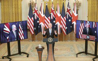 Η συμφωνία ανακοινώθηκε σε τηλεδιάσκεψη του προέδρου των ΗΠΑ Τζο Μπάιντεν με τον Βρετανό πρωθυπουργό Μπόρις Τζόνσον (δεξιά) και τον Αυστραλό ομόλογό του Σκοτ Μόρισον (αριστερά). Φωτ. EPA / Oliver Contreras / POOL.