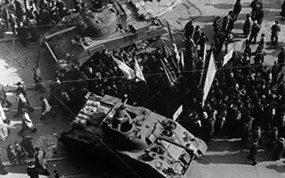 3 Δεκεμβρίου 1944, πλατεία Συντάγματος. Μετά τους σκοτωμούς διαδηλωτών από πυρά Ελλήνων αστυνομικών, βρετανικά τανκς παρεμβάλλονται και παίρνουν θέσεις στη γωνία Βασ. Σοφίας και Πανεπιστημίου. Ασφαλώς δεν «ρίχνουν τροχιοδεικτικά», όπως θυμόταν ο Μίκης... Φωτ. DMITRI KESSEL, «ΕΛΛΑΔΑ ΤΟΥ '44», ΕΚΔ. ΑΜΜΟΣ