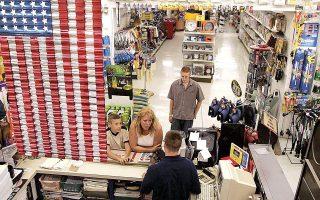Η μεγάλη αύξηση των λιανικών πωλήσεων στις ΗΠΑ τον Αύγουστο στήριξε την ενίσχυση του δολαρίου. Οι καταναλωτικές δαπάνες αυξήθηκαν σε μηνιαία βάση κατά 0,7% έναντι μέσης πρόβλεψης των οικονομολόγων για απώλειες 0,7%. Εξαιρουμένων των αυτοκινήτων, οι λιανικές πωλήσεις αυξήθηκαν κατά 1,8%, έναντι εκτιμήσεων ότι θα παραμείνουν σταθερές (φωτ. A.P.).
