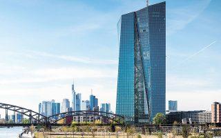 Στο δημοσίευμά της η εφημερίδα Financial Times επισήμανε πως η Ευρωπαϊκή Κεντρική Τράπεζα εκτιμά ότι θα πιάσει τον στόχο του 2% στον πληθωρισμό έως το 2025, επικαλούμενη μη δημοσιευμένες εσωτερικές αναλύσεις (φωτ. EPA).
