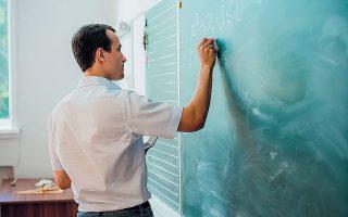 Κάθε εκπαιδευτικός θα αξιολογείται ατομικά σε 4βαθμη κλίμακα και θα χαρακτηρίζεται ως μη ικανοποιητικός, ικανοποιητικός, πολύ καλός, εξαιρετικός (φωτ. SHUTTERSTOCK).