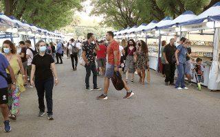 Το φετινό φεστιβάλ, που ολοκληρώνεται αύριο, ελκύει κόσμο που το απολαμβάνει, ξεφυλλίζει και αγοράζει βιβλία, ενώ σπεύδει να παρακολουθήσει και παρουσιάσεις νέων τίτλων (φωτ. ΑΠΕ).