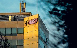 Ο γερμανικός κολοσσός της BASF, ο οποίος σημειωτέον παράγει σε ποσοστό 80% τη δική του ενέργεια, δηλώνει ότι αδυνατεί να αντιμετωπίσει πλήρως τις συνέπειες από τις τιμές-ρεκόρ του ηλεκτρικού ρεύματος.