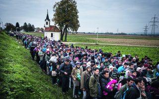 Μετά τα ήσυχα συνήθως νερά της Μεσογείου ξεκίνησε η μακρά πορεία με τα πόδια για τη δική τους Γη της Επαγγελίας: τη Γερμανία. «Η θαρραλέα απόφασή της να δεχτεί πρόσφυγες που είχαν εγκλωβιστεί στην Ουγγαρία», αναφέρει ο Γερμανός πρέσβης, «έγινε μια εμβληματική χειρονομία γενναιοδωρίας και ανθρωπιστικού πνεύματος. Αυτό όμως της δημιούργησε τεράστια προβλήματα στο εσωτερικό της χώρας της». Φωτ. Sergey Ponomarev / The New York Times