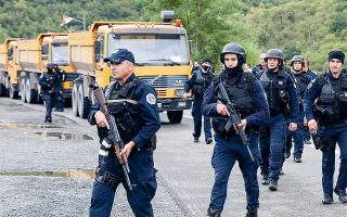Αστυνομικές δυνάμεις του Κοσόβου περιπολούν στα σύνορα με τη Σερβία, όπου φορτηγά μπλόκαραν τον δρόμο σε ένα από τα σημεία διέλευσης (φωτ. A.P. Photo / Bojan Slavkovic).