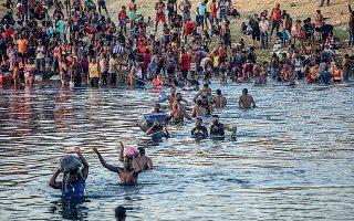 Μετανάστες από την Αϊτή περνούν από το Ντελ Ρίο του Τέξας για να επιστρέψουν στο Μεξικό, ώστε να αποφύγουν την απέλαση από τις ΗΠΑ (φωτ. AP Photo / Felix Marquez).