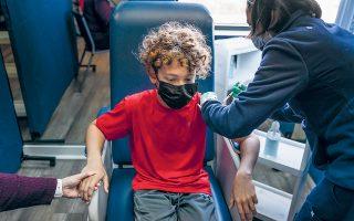 H ανακοίνωση των δύο φαρμακοβιομηχανιών για την αποτελεσματικότητα του εμβολίου τους είναι εξαιρετικά ευχάριστη, τη στιγμή που το ένα στα πέντε κρούσματα στις ΗΠΑ αφορά παιδί, ενώ η εξάπλωση της υπερμεταδοτικής μετάλλαξης «Δέλτα» έχει οδηγήσει σε νοσοκομεία και ΜΕΘ –τις τελευταίες εβδομάδες– περισσότερα παιδιά από ό,τι σε οποιαδήποτε άλλη χρονική στιγμή της υγειονομικής κρίσης (φωτ. A.P. Photo / Jae C. Hong).