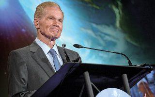 Η εύρεση πάγου στη Σελήνη θα έχει διπλό όφελος, τη μακροχρόνια επιβίωση των πληρωμάτων και τη χρήση του ως πυραυλικού καυσίμου. Ο Μπιλ Νέλσον της NASA αναφέρθηκε προσφάτως στο πρόγραμμα «Αρτεμις» και στην επιστροφή του ανθρώπου στο φεγγάρι (φωτ. NASA/Bill Ingalls).