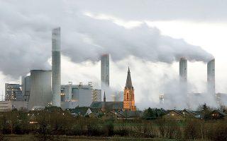 Οι πλειστηριασμοί πρόσθετων δικαιωμάτων ρύπων, πέραν των εσόδων για την επιδότηση ρεύματος και θέρμανσης, θα οδηγήσουν και σε αποκλιμάκωση των τιμών των ρύπων (CO2). Φωτ. REUTERS.