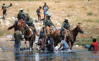«Φρίκη» ήταν η λέξη που χρησιμοποίησε ο Αμερικανός υπουργός Εθνικής Ασφάλειας Αλεχάντρο Μαγιόρκας για τις εικόνες από το συνοριακό πέρασμα στο Τέξας (φωτ. REUTERS / Daniel Becerril).