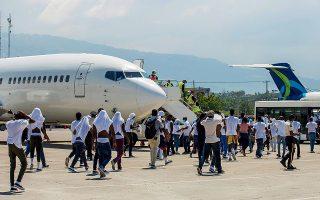 Από την Κυριακή οι αμερικανικές αρχές έχουν απελάσει περισσότερους από 500 Αϊτινούς από το αυτοσχέδιο κέντρο υποδοχής στο Ντελ Ρίο. Οι μετανάστες έφθασαν με πτήση στο αεροδρόμιο του Πορτ-ο-Πρενς (φωτ. REUTERS / Ralph Tedy Erol).