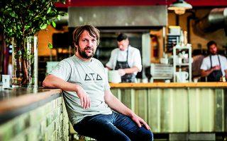 Ο σεφ του Noma, Ρενέ Ρετζεπί, έχει δείξει εδώ και χρόνια ότι αντιλαμβάνεται την ευθύνη της δουλειάς του. Ισως και να καθυστέρησε να λάβει το τρίτο του αστέρι Μισελέν... Φωτ. EPA / ROBIN VAN LONKHUIJSEN