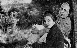 Ο Γιώργος και η Μαρώ Σεφέρη στο φορτωμένο με ρομαντισμό Λεμονοδάσος του Πόρου το 1939. Ανεκτίμητο το πόσο η σύζυγος του ποιητή βοήθησε το έργο του μετά τον θάνατό του.