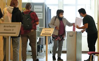 Επιστολικές ψήφοι για τις γερμανικές κάλπες της Κυριακής. Η νίκη ενός κόμματος στις ομοσπονδιακές εκλογές δεν διασφαλίζει τον σχηματισμό κυβέρνησης και αναμένονται δύσκολες διεργασίες, τόσο μεταξύ των διαφορετικών πολιτικών δυνάμεων όσο και σε εσωκομματικό επίπεδο (φωτ. A.P. Photo / Markus Schreiber).