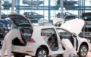 Σύμφωνα με τις εκτιμήσεις της συμβουλευτικής εταιρείας AlixPartners, η παραγωγή των αυτοκινητοβιομηχανιών θα είναι κατά 7,7 εκατ. οχήματα μικρότερη λόγω της έλλειψης επεξεργαστών. Οι εκτιμήσεις της εν λόγω εταιρείας είναι πολύ πιο δυσοίωνες από τις αμέσως προηγούμενες, όταν μιλούσε για μείωση της ετήσιας παραγωγής οχημάτων κατά 3,9 εκατ. οχήματα, πάντα σε παγκόσμιο επίπεδο (φωτ. A.P.).