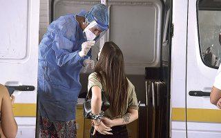 Χθες, από τα 2.125 νέα κρούσματα που καταγράφηκαν, τα 345 ήταν στην Περιφερειακή Ενότητα Θεσσαλονίκης και 403 στην Αθήνα (φωτ. INTIME NEWS).