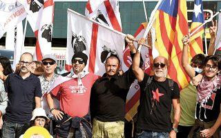 Μετά τη σύλληψη του Κάρλες Πουτζντεμόν, αυτονομιστές από το κόμμα της Ανεξαρτησίας της Δημοκρατίας της Σαρδηνίας συγκεντρώθηκαν έξω από το δικαστήριο σε ένδειξη αλληλεγγύης (φωτ. A.P. Photo/Gloria Calvi).