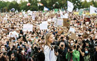 Η Γκρέτα Τούνμπεργκ ένωσε τη φωνή της με τους νέους που πλημμύρισαν το Βερολίνο για να ζητήσουν από τους ηγέτες να δράσουν άμεσα κατά της κλιματικής αλλαγής (φωτ. EPA / CLEMENS BILAN).