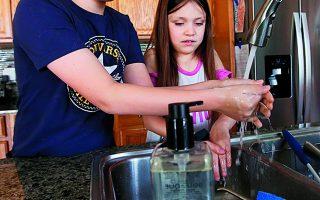 Η τήρηση των μέτρων, όπως το επιμελές πλύσιμο των χεριών, είναι απαραίτητη για τους μαθητές. Φωτ. AP