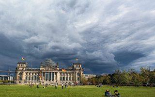Σύννεφα πάνω από το γερμανικό κοινοβούλιο στην τελική ευθεία για την εκλογή καγκελαρίου. Το αποτέλεσμα της κάλπης εκτιμάται ότι θα είναι μόνο η αρχή δύσκολων διαβουλεύσεων των κομμάτων για σχηματισμό κυβέρνησης (φωτ. A.P. Photo / Markus Schreiber).