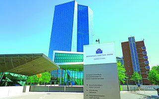 Η αγορά και οι οίκοι αξιολόγησης αναμένουν ότι η ΕΚΤ δεν θα άρει το waiver τον ερχόμενο Ιούνιο, δηλαδή θα συνεχίσει να δέχεται τα ελληνικά κρατικά ομόλογα που διαθέτουν οι τράπεζες ως εγγύηση για τη χορήγηση ρευστότητας. Φωτ. Reuters