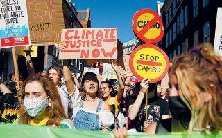 Οι νέοι σε όλο τον κόσμο διαδηλώνουν για την προστασία του πλανήτη, όμως, Βρετανός αξιωματούχος παραδέχθηκε ότι «η COP26 δεν θα πετύχει όσα θέλουμε για τους ρύπους», ενώ ο Κινέζος πρόεδρος Σι Τζινπίνγκ και ο Αυστραλός πρωθυπουργός Σκοτ Μόρισον δεν σκοπεύουν καν να παραστούν στη σύνοδο της Γλασκώβης (φωτ. A.P. Photo/David Cliff).