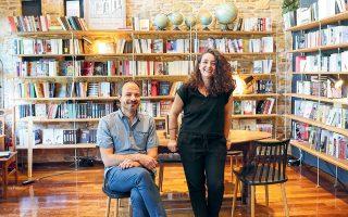 Ο Δημήτρης Ανανιάδης και η Εύη Γεροκώστα διαχειρίζονται το βιβλίο-καφέ Zatopek δίνοντας έμφαση στις διαπροσωπικές σχέσεις (φωτ. ΝΙΚΟΣ ΚΟΚΚΑΛΙΑΣ).