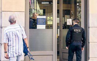 Ο 33χρονος ταυτοποιήθηκε από το βίντεο των καμερών ασφαλείας ως ο ένας από τους δράστες στη ληστεία της Τράπεζας Πειραιώς στη Μητροπόλεως (φωτ. INTIME NEWS).