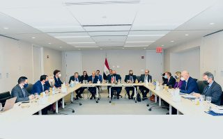 «H Ελλάδα οφείλει να ξεφύγει από το στερεότυπο ενός βαλκανικού τουρκοκεντρικού επαρχιωτισμού στην εξωτερική της πολιτική», ανέφερε ο κ. Νίκος Δένδιας. Στη φωτογραφία, ο Ελληνας υπουργός Εξωτερικών με τους ομολόγους του της Αιγύπτου και της Κύπρου κατά τη διάρκεια της τριμερούς συνάντησης Ελλάδας - Κύπρου - Αιγύπτου, στο περιθώριο της 76ης Γενικής Συνέλευσης του ΟΗΕ στη Νέα Υόρκη (φωτ. ΑΠΕ-ΜΠΕ).