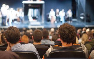 Οι ερασιτεχνικές ομάδες δημιουργούν θεατές, αλλά στηρίζουν και τις τοπικές κοινωνίες (φωτ. Shutterstock).