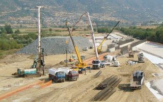 «Εχουμε ήδη συμβασιοποιήσει έργα 3,2 δισ. ευρώ, όταν η προηγούμενη κυβέρνηση μέσα σε 3,5 χρόνια συμβασιοποίησε έργα 800 εκατ. ευρώ», ανέφερε ο κ. Καραμανλής (φωτ. ΑΠΕ).