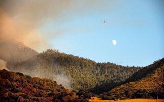 Oι αισθητήρες υπέρυθρων ακτίνων των δορυφόρων έχουν την ικανότητα να βλέπουν τις εστίες δασικών πυρκαγιών, ώστε αυτές να αντιμετωπίζονται πριν εξαπλωθούν επικίνδυνα (φωτ. AP Photo/Noah Berger).
