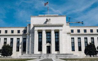 Την περασμένη εβδομάδα και εν μέσω εντεινόμενου προβληματισμού για τις πληθωριστικές πιέσεις, η Federal Reserve ανακοίνωσε ότι θα αρχίσει σύντομα να μειώνει σταδιακά τις αγορές ομολόγων. Αναλυτές της αγοράς εκτιμούν πως οι ανακοινώσεις της αμερικανικής κεντρικής τράπεζας προκάλεσαν την άνοδο των αποδόσεων, με το αμερικανικό δεκαετές να φτάνει στα υψηλότερα επίπεδα που έχει σημειώσει από τον Ιούνιο.