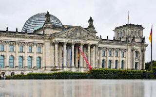 Σοσιαλδημοκράτες, Πράσινοι και Ελεύθεροι Δημοκράτες εκτιμάται ότι έχουν τις περισσότερες πιθανότητες να σχηματίσουν τη νέα κυβέρνηση συνασπισμού του Βερολίνου (φωτ. A.P. Photo / Markus Schreiber).