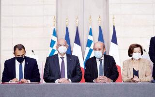 Ιστορική ήταν η χθεσινή ημέρα, για την Ελλάδα και τη Γαλλία, μετά την υπογραφή της αμυντικής συμφωνίας. Ο υπουργός Εθνικής Αμυνας και ο Ελληνας ΥΠΕΞ (Νικόλαος Παναγιωτόπουλος και Νίκος Δένδιας) μαζί με τους Γάλλους ομολόγους τους (Ζαν-Ιβ Λε Ντριάν και Φλοράνς Παρλί) στο Μέγαρο των Ηλυσίων (φωτ. ΑΠΕ-ΜΠΕ/ΓΡΑΦΕΙΟ ΤΥΠΟΥ ΠΡΩΘΥΠΟΥΡΓΟΥ/ΔΗΜΗΤΡΗΣ ΠΑΠΑΜΗΤΣΟΣ).