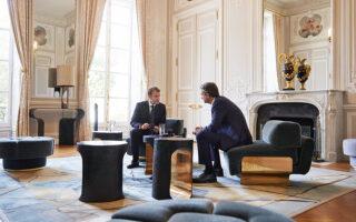 Στο κείμενο της συμφωνίας που υπέγραψαν οι κ. Μακρόν και Μητσοτάκης αναφέρεται ότι η Ελλάδα και η Γαλλία έχουν μια μακρά, στενή και διαρκή σχέση, που βασίζεται σε κοινές αξίες και στις αρχές της ελευθερίας, της δημοκρατίας, των ανθρωπίνων δικαιωμάτων, καθώς και στον σεβασμό του διεθνούς δικαίου (φωτ. INTIME NEWS).