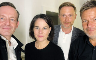Μία εικόνα, 1.000 λέξεις. Από αριστερά, Φόλκερ Βίσινγκ, Αναλένα Μπέρμποκ, Κρίστιαν Λίντνερ και Ρόμπερτ Χάμπεκ.