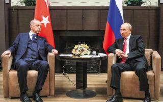 Συνοφρυωμένοι εμφανίστηκαν χθες στο Σότσι οι πρόεδροι Τουρκίας και Ρωσίας, στην πρώτη επίσημη συνάντηση του Βλαντιμίρ Πούτιν μετά την καραντίνα στην οποία υποχρεώθηκε αφότου ήρθε σε επαφή με κρούσματα κορωνοϊού. Ο Ρετζέπ Ταγίπ Ερντογάν έστειλε ξεκάθαρο μήνυμα πως η Τουρκία δεν υποχωρεί στο ζήτημα της προμήθειας των S-400, αλλά και στην αμυντική συνεργασία με τη Ρωσία (φωτ. Vladimir Smirnov, Sputnik, Kremlin Pool Photo via A.P.).