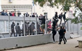 Την παρέμβαση του εισαγγελέα ζήτησε η υπουργός Παιδείας Νίκη Κεραμέως, τονίζοντας ότι «μεμονωμένες ομάδες δεν μπορούν να στέκονται εμπόδιο στην πρόοδο των παιδιών μας». Νέα επεισόδια σημειώθηκαν το απόγευμα, όταν κουκουλοφόροι επιτέθηκαν σε συγκεντρωθέντες για αντιφασιστικό συλλαλητήριο, στην πλατεία Τερψιθέας, στη Σταυρούπολη (φωτ. ΑΠΕ-ΜΠΕ).