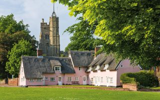 Αγροικίες στο Suffolk, με το χαρακτηριστικό απαλό ροζ χρώμα στους τοίχους. © Getty Images/Ideal Image