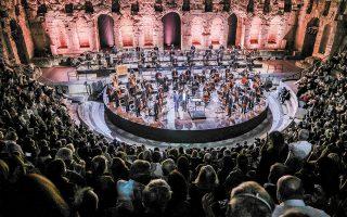 Τέσσερα encore χάρισε προχθές στους 3.000 θεατές του Ρωμαϊκού Ωδείου ο Γιόνας Κάουφμαν (φωτ. A. SIMOPOULOS).