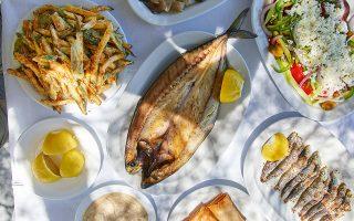Παριανό παραδοσιακό τραπέζι, όπου πρωταγωνιστεί η «γούνα», αυθεντικό έδεσμα των ψαράδων του νησιού. (Φωτογραφίες: Δημήτρης Βλάικος)