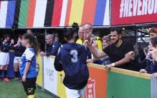 Ο Ελληνας προπονητής χαιρετά θερμά τη Γαλλίδα προπονήτρια, που λόγω των τραυματισμών, συμμετείχε ως παίκτρια στο παιχνίδι.