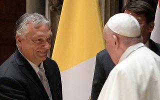 Ο εκπρόσωπος του Βατικανού δήλωσε στους δημοσιογράφους πως η συνάντηση του Πάπα Φραγκίσκου με τον Ούγγρο πρωθυπουργό Βίκτορ Ορμπαν έγινε σε θερμό κλίμα, αποκαλώντας την «εγκάρδια». Ωστόσο, οι δύο άνδρες απέφυγαν να συζητήσουν το μεταναστευτικό ζήτημα (φωτ. EPA/VATICAN MEDIA).