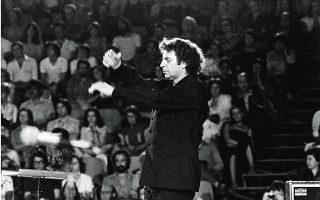 Ο Μίκης Θεοδωράκης, μελοποιώντας τα ποιήματα των μεγάλων Ελλήνων ποιητών, κατόρθωσε να γνωρίσουμε την ποίηση μέσα από τη μουσική του.
