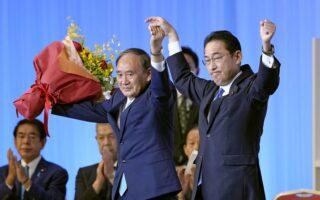 Ο απερχόμενος πρωθυπουργός Γιοσιχίντε Σούγκα (αριστερά) με τον επιλεγέντα διάδοχό του, Φούμιο Κισίντα (φωτ. Kyodo/via REUTERS)