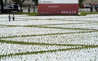 Στο διάσημο πάρκο Νάσιοναλ Μολ τοποθετήθηκαν 670.000 λευκές σημαίες ως απόδοση τιμής στους ισάριθμους νεκρούς στις ΗΠΑ-Φωτ.: REUTERS/Joshua Roberts