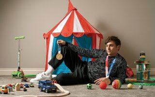Ο Τομ Ντέιλι στο σπίτι του στην Αλμπέρτα του Καναδά, με τα μετάλλια που κέρδισε στους Ολυμπιακούς του Τόκιο, ανάμεσα στα παιχνίδια του γιου του, Ρόμπι. © Amber Bracken/The New York Times