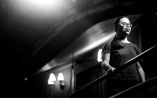 Από το «Βασιλικό» θεωρείο της Κεντρικής Σκηνής του Εθνικού, η Λωξάνδρα ατενίζει με προσμονή τη σκηνή και το μέλλον της. (Φωτογραφίες: Θάλεια Γαλανοπούλου).